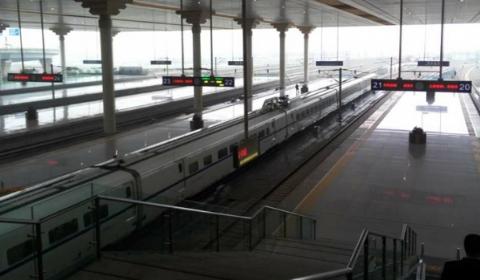 南京卡死男子车票为次日 还原南站横跨股道悲剧
